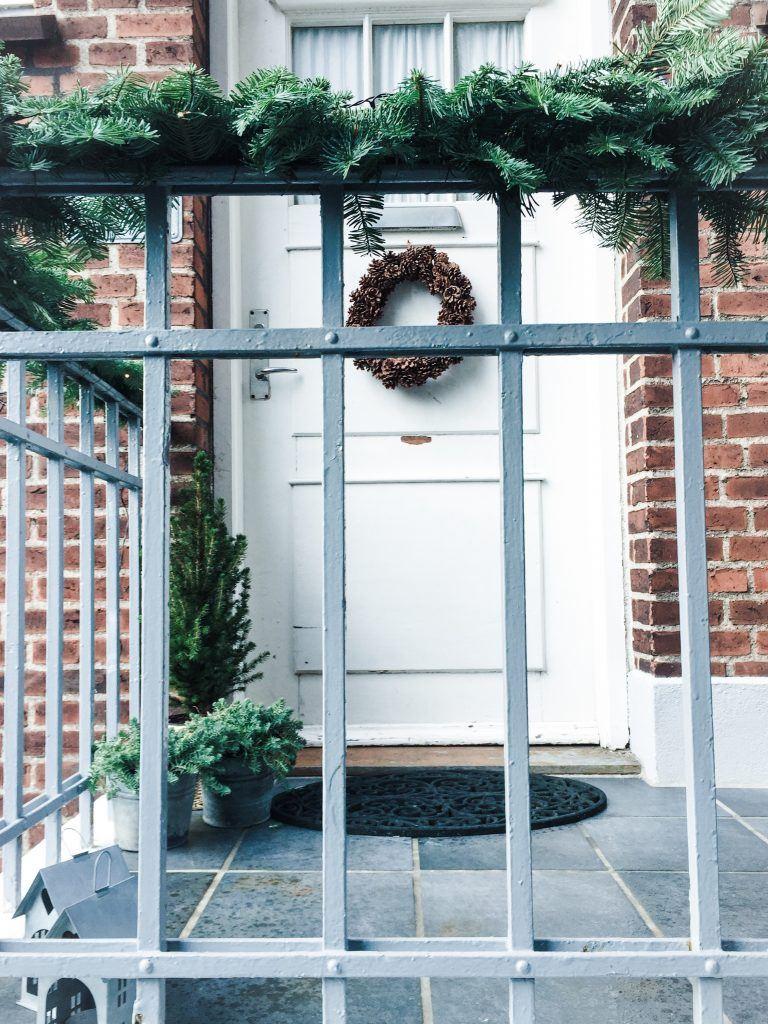 julepynt udenfor gran juletræ